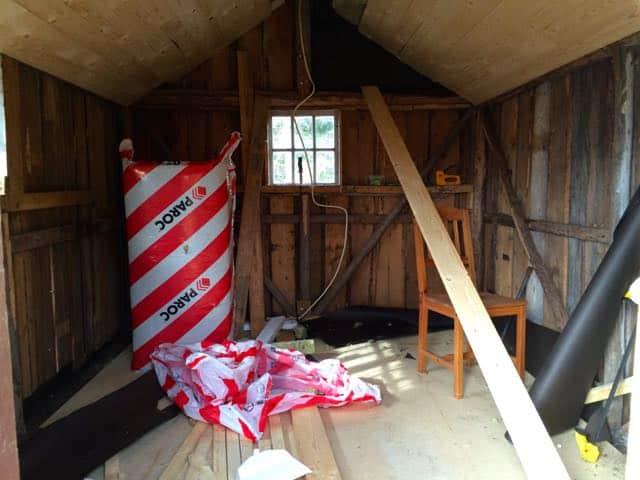 Den gamla snickarboden fick nytt golv förra vintern och nu är taket nästan klart. Återstår väggarna men sen har jag ytterligare en gäststuga.