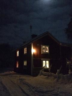 På landet får man vänja sig vid mörker, och det är inte många magiska nätter med fullmåne över ett snötäckt landskap.