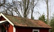 Ett dåligt tak kan orsaka fuktskador i hela huset. Ge dig upp på vinden och se om det finns läckor eller fuktfläckar på innertaket.