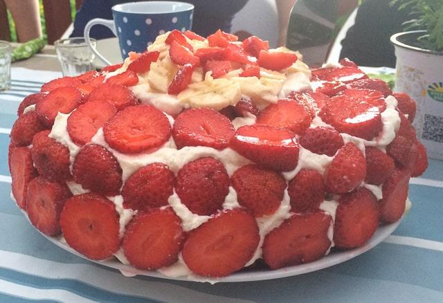 Och så jordgubbstårta – jordgubbar och grädde i någon form är obligatoriskt.