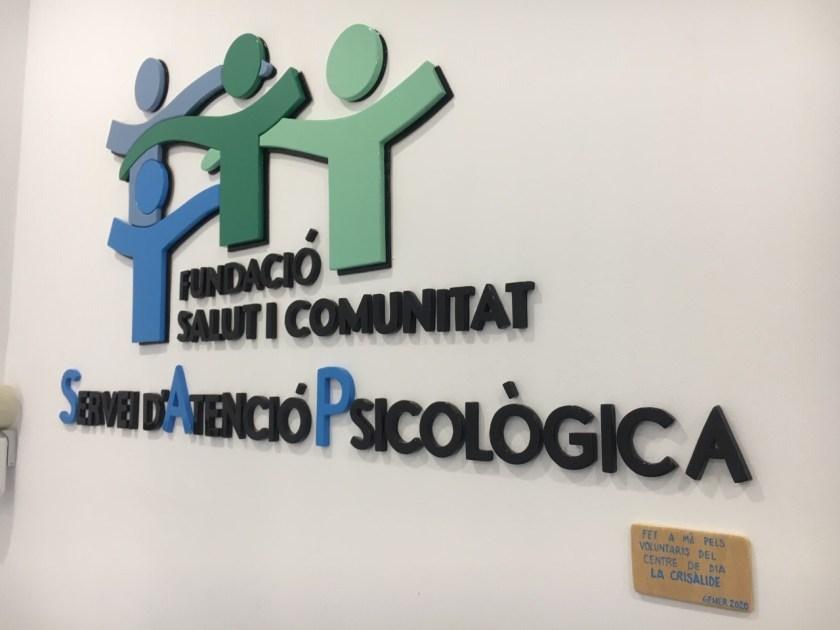 """El voluntariat del Centre de Dia """"La Crisàlide"""" s'enfronta amb èxit a un gran repte: realitzar una placa de fusta per al SAP amb el logotip d'FSC"""