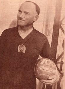 Schlosser Imre 1955-ben a centenáriumi magyar-osztrák labdájával