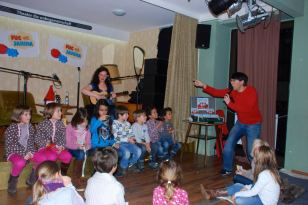 Das Fug & Janina Schlüsselbund-Orchester probt.