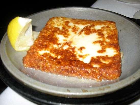 Saganaki, queijo freta empanado