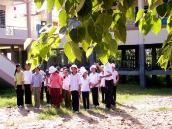 ビンチャウ中学校女生徒の行進の練習