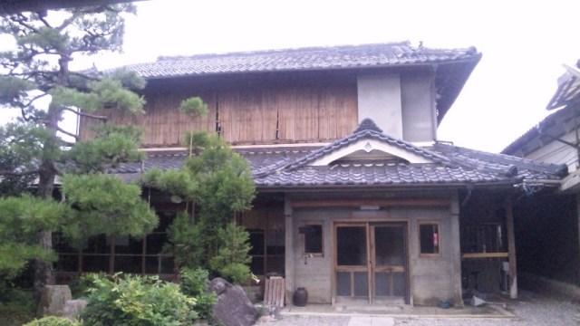 2階の雨戸を閉めて、完全防備で台風20号に備える藤原邸
