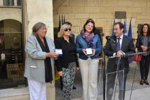 Ingrid Gilbert (Links) und Daniela Jehn (Zweite von rechts) bekamen von Franҫoise Rouzies (zweite von links) und Bürgermeister Hervé Schiavetti (Rechts) Medaillen der Stadt Arles. - lemesle