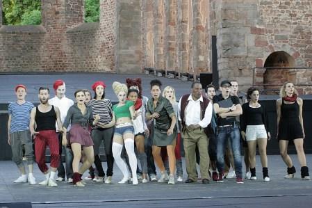 """Die Schauspielgruppe um Fred Graham beim den Vorbereitungen für das Shakespeare-Musical """"Der Widerspenstigen Zähmung""""."""