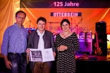 Gemeinsame Erarbeitung der Unternehmenschronik: Winfried Müller (Mitte) mit Severin Roeseling und Britta Stücker vom Geschichtsbüro Köln.