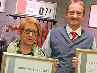 von l.: Nadine Walter (Rewe-Bezirksleiterin), Gabriele Leipold, Norbert Schaum, Dietmar Weidenbörner