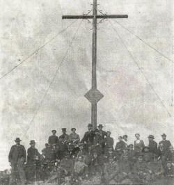 """Das am 16. Juni 1916 auf der Wasserkuppe errichtete Gedenkkreuz. Rechts im Bild ist der """"geistige Vater"""" der Stätte, Kaplan Konrad Trageser, zu sehen, der sein Leben im Januar 1942 im KZ Dachau verlor."""