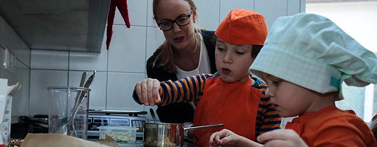 """Einrichtungsleiterin Sandra Orf mit den Kindern der Gruppe """"Franziskus"""""""