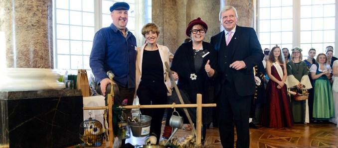 Der Hessische Ministerpräsident Volker Bouffier und Ehefrau Ursula sowie das Gretchen, Melanie Kraus, mit dem Schellenmann, Peter Mans, vom Heimatverein Heubach e.V., Kalbach.