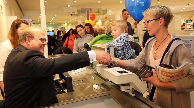Bürgermeister Stephan Paule kassiert ab: Für eine Stunde floss der Umsatz seiner Kasse auf die Konten der Alsfelder Kindertagesstätten
