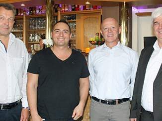 Markus Röhner (AR Immo), Fabio Gandolfo, Armin Alt (AR Immo) und Timo Zentgraf (Bürgermeister Künzell).