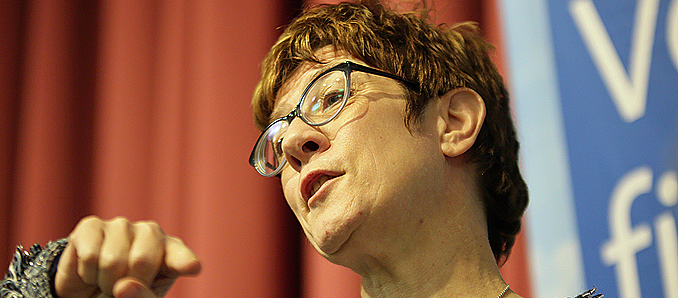 Kramp-Karrenbauer verteidigt Konjunkturpaket
