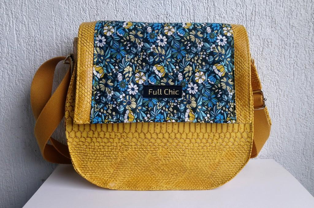 besace jaune fleurs bleues
