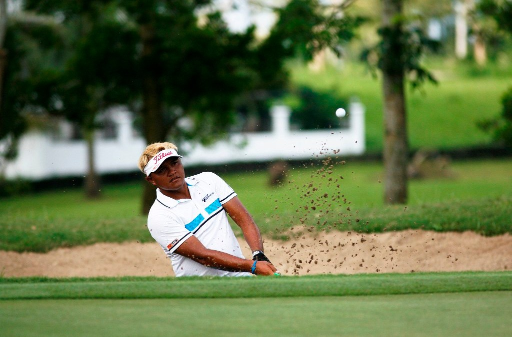 Dumandan fights back with 67, regains share of lead