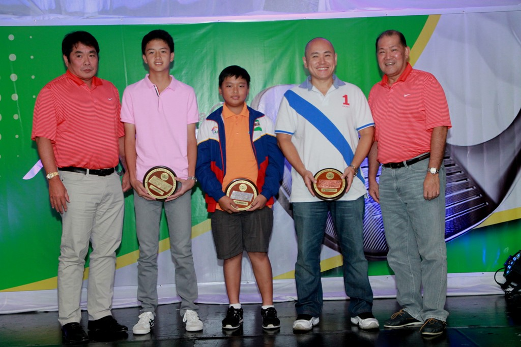 Excy Robles and Oly Dychangco awarded the prizes to the class A winners (from left) champion Tyler Po, 1st runner-up Weiyu Gao, and 2nd runner-up Glenn Sebastian.