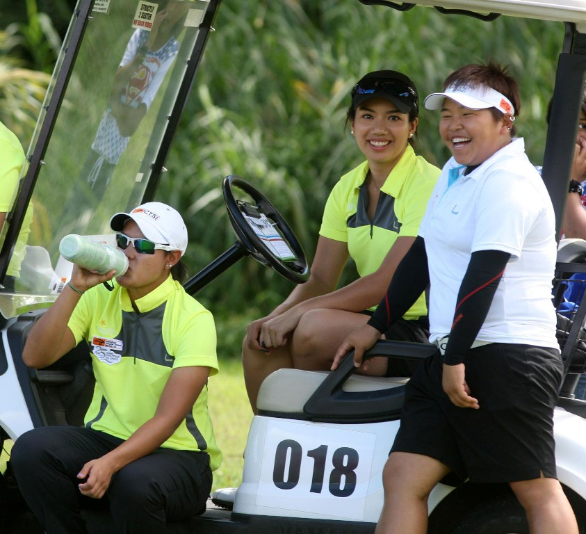 Team South's Chihiro Ikeda (right) shares light moment with Team North's Cyna Rodriguez (left) and Jan Punzalan during the first Duel – North vs South at Cangolf.
