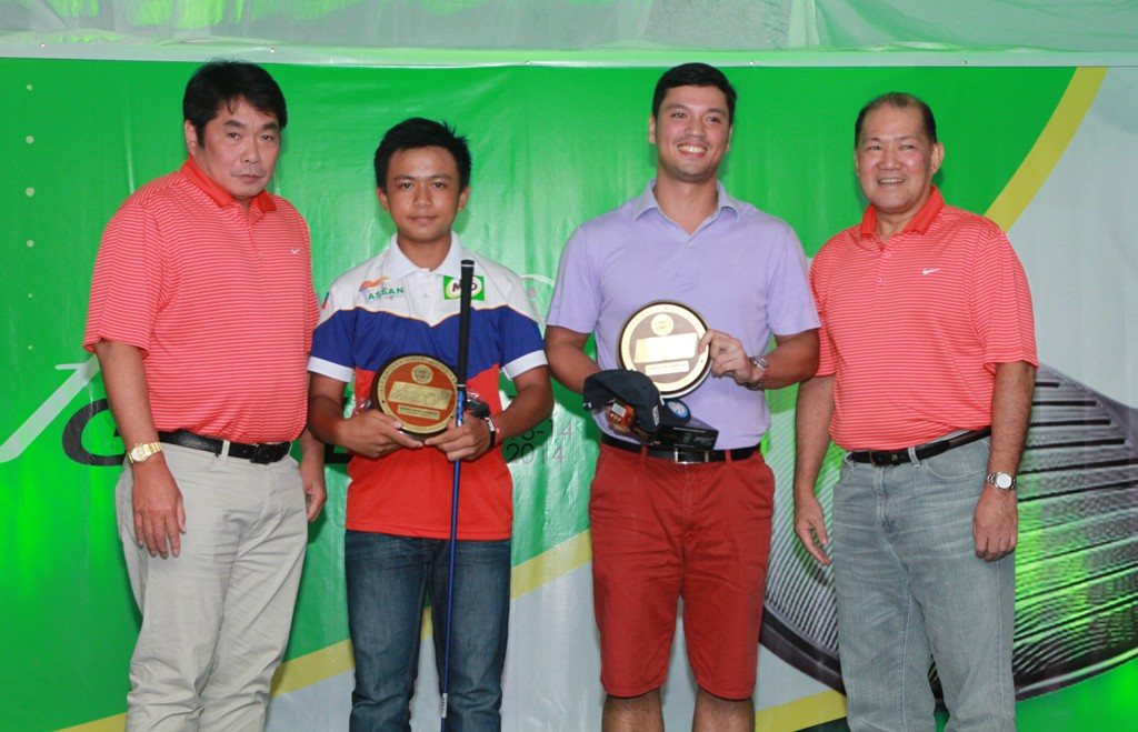 Weiwei Gao (2nd from left) and Erik Lapasaran Lim bagged the lowest gross and lowest net titles, respectively, of the Alta Vista Fun Golf Tournament.  They received their prizes from Sta. Lucia president Excy Robles (left) and Alta Vista Chairman Oly Dychangco (right).