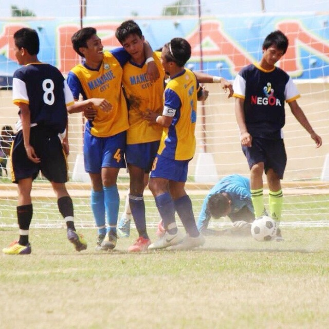 Kintaro Miyago (middle) is congratulated by his teammates after scoring the lone goal against Negros Oriental. (Photo taken from the FB account of Miyagi)