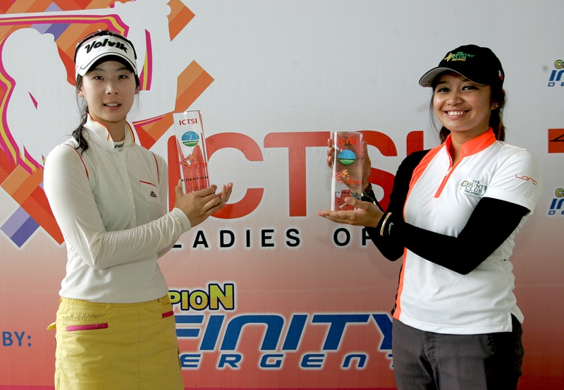 Hwang Ye-nah (left) holds her trophy after defeating top amateur Princess Superal for the ICTSI Ladies Open crown.
