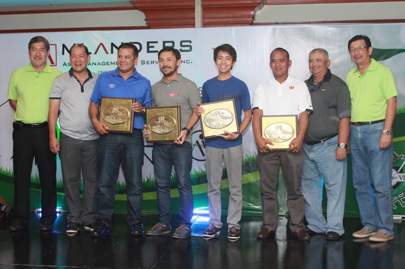 The overall winners of The View Invitational 2015 pose for posterity with the members of the board during the awards ceremony.  They are (from left) Ramon Sebastian, Oly Dychangco, lowest gross winners Andre Borromeo and Mark Dy represented by Jude Demiar, lowest net winners King Abarintos and Pio Barandog, Dr. Peter Aznar and Inting Go.