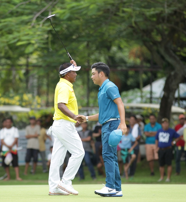 Tony Lascuña raises his left arm in triumph while shaking Miguel Tabuena's hand after ending a winless run with a one-shot victory in the ICTSI Apo Golf Invitational.