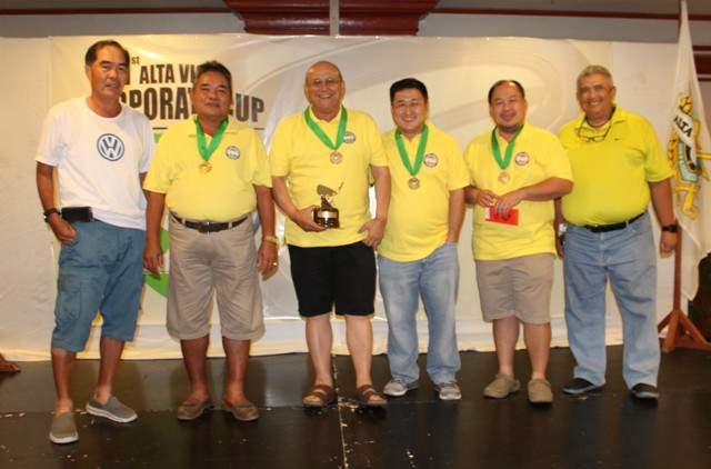 Management Committee Chairman Alvin Lim and club vice president Peter Aznar awarded the prizes to the Division C winners CJ International.  The players are (from left) Oscar Sanchez, Jun Chiongbian, Edwin Go Lim, and Mark Warren Go.
