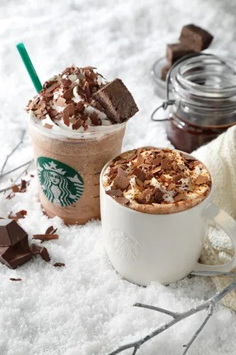 スタバから新しくなったチョコレートシロップを使った季節限定ドリンク「チョコラティ クランブル ココ」「チョコラティ クランブル ココ フラペチーノ」が12/26から新発売! (STARBUCKS)