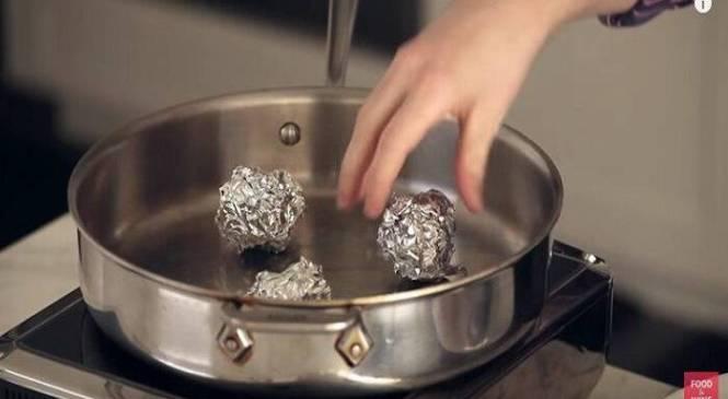 Φτιάχνει μπαλάκια από Αλουμινόχαρτο και τα Ρίχνει στο Τηγάνι. Το αποτέλεσμα; Ιδιοφυές!