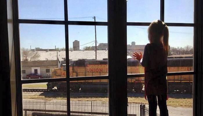 Κοριτσάκι στεκόταν επί 4 χρόνια σε ένα παράθυρο και χαιρετούσε τους οδηγούς τραίνου. Μια μέρα που δεν ήταν εκεί, η μαμά του είχε βάλει ένα σημείωμα