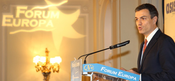 Pedro Sánchez, negro y gualdo. FOTO: nuevaeconomiaforum.org