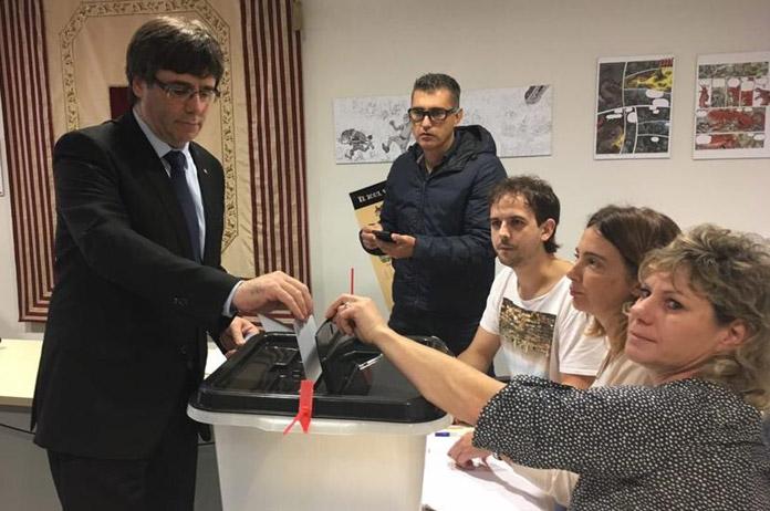 Puigdemont votando. FOTO: Jordi Sànchez (ANC) / La Vanguardia