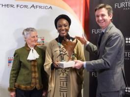 Ebele Okoye recibiendo el Premio Harambee 2018