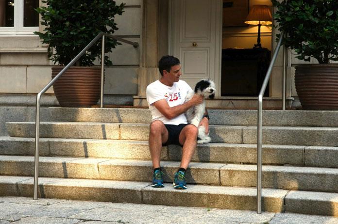 Gobierno escondido. Pedro Sánchez en la Moncloa con su perro.