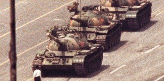 El famoso «hombre del tanque» que detuvo al ejército chino durante las protestas de Tiananmen.