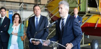 Grande-Marlaska visita junto al ministro de Agricultura y el comisario de Ayuda Humanitaria los aviones españoles de la primera flota europea de lucha contra incendios / Ministerio del Interior