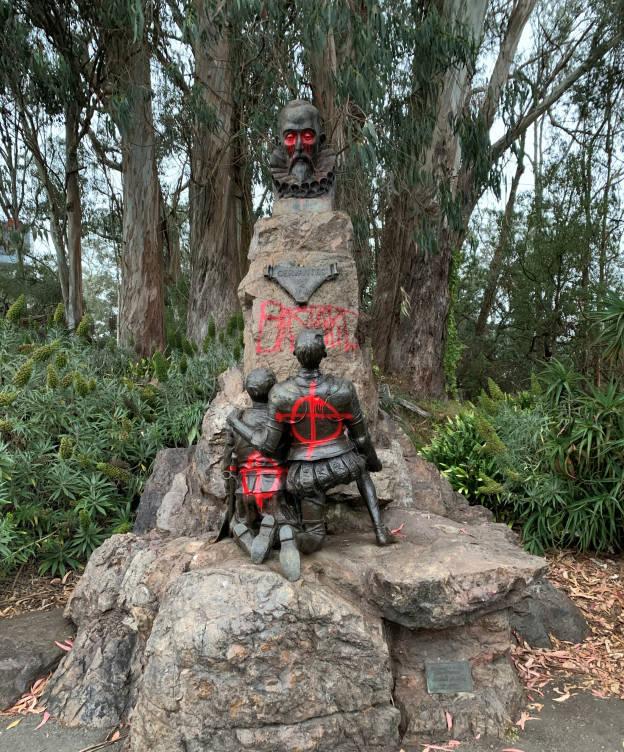 Ataque vandálico a la estatua de Miguel de Cervantes en el Golden Gate de San Francisco.