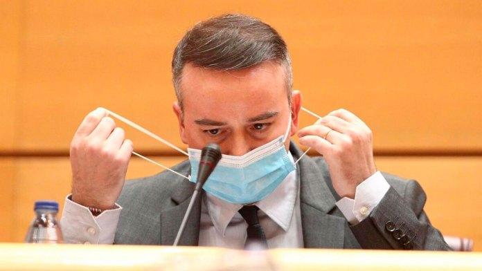 Iván Redondo poniéndose la mascarilla | Europa Press