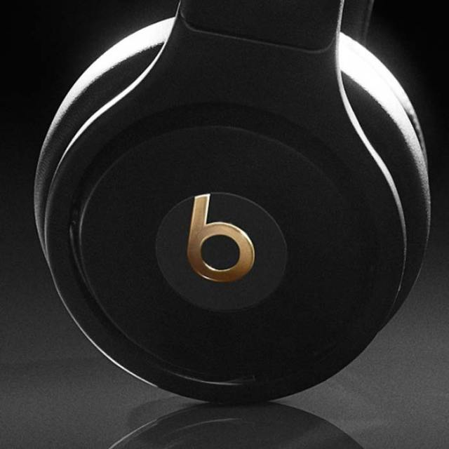graff-diamonds-x-beats-by-dr-dre-pro-headphones-super-bowl-XLVIII-5-FSMdotCOM