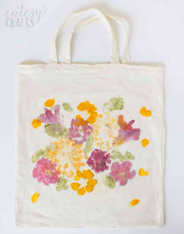 My kids would have so much fun making this hammered flower tote bag for Mother's Day. I'm adding this to my list! (project from Cutesy Crafts for DIY Candy).