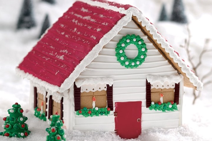 See how to use fondant to easily create amazing details on your gingerbread house
