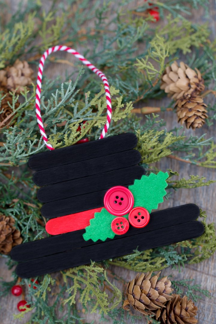 Use craft sticks to make this adorable snowman hat ornament. Also check out the other popsicle stick ornaments!