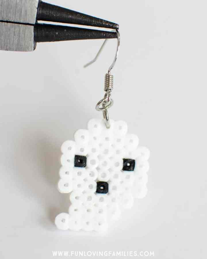 Make these easy perler bead earrings for Halloween! Perfect Halloween craft for teens and tweens. #halloween #tweencrafts #teencrafts #halloweencrafts