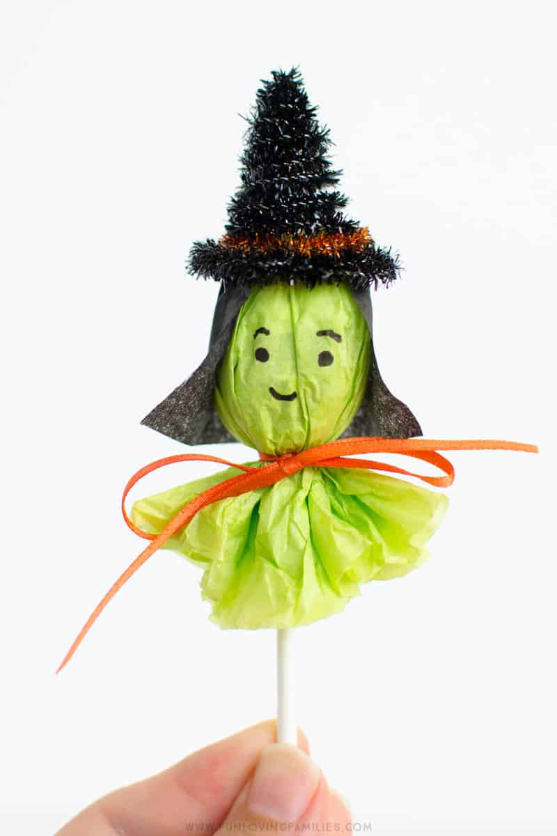 Cute DIY lollipop witch Halloween party favors. Click through for full tutorial. #halloween #halloweenpartyfavors #halloweenpartycraft #halloweenclassroomparty #witch #witchparty #halloweenparty #funlovingfamilies