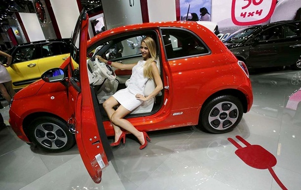 girls-with-cars-at-franfurt-motor-show-2013- (6)