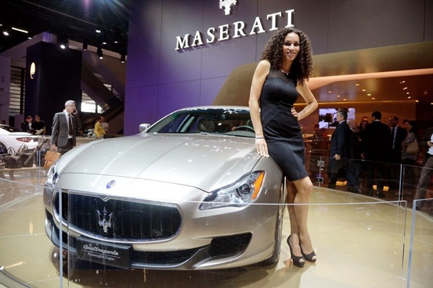 girls-with-cars-at-franfurt-motor-show-2013- (8)