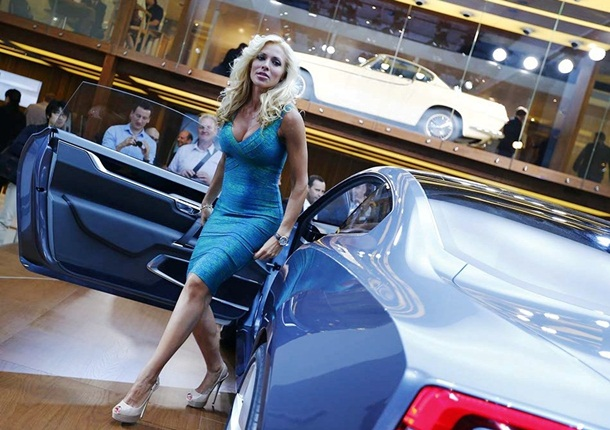 girls-with-cars-at-franfurt-motor-show-2013- (9)